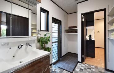 キッチンやホールから繋がる洗面脱衣室は、土間付き勝手口があり生活動線もスムーズ!