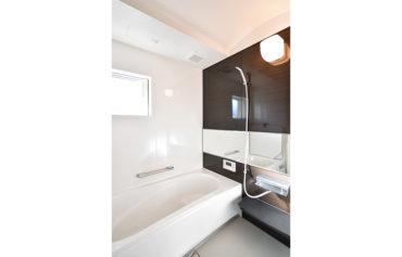 シンプルで上品な憩いのバスルーム。