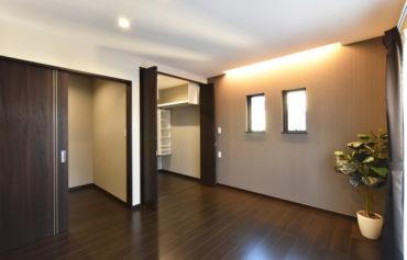 多機能でゆったりとした快適な主寝室。書斎と収納スペースが併設しています。