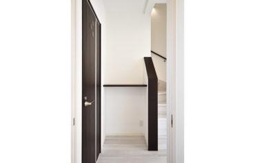 廊下をお洒落に飾れるよう、階段横の空間に造作カウンターを設置♪