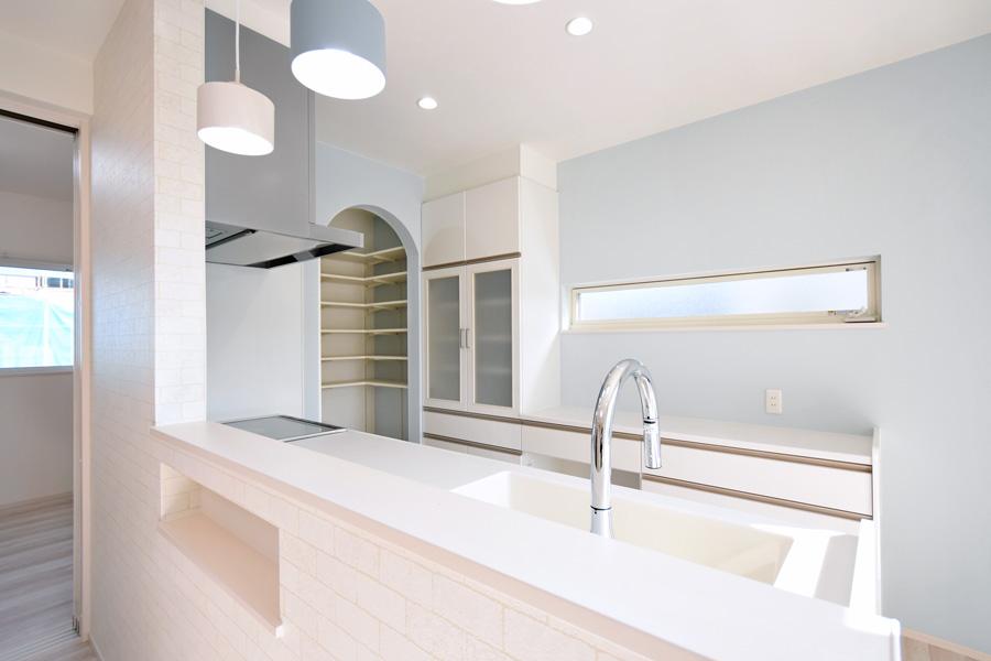 2021年3月15日社内検査_アーチ型の垂れ壁がお洒落な食品庫が隣接するキッチン