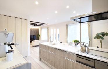 フラット型の対面キッチンが、LDKをより広く開放感のある空間にしてくれます。