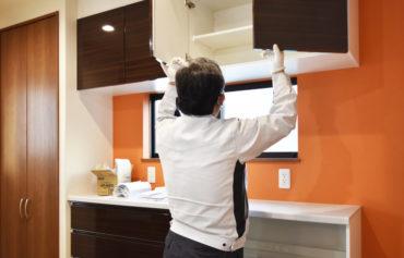2021年3月9日社内検査_キッチンの収納スペースを確認している様子