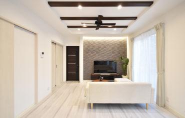 リビング壁は空間の雰囲気に合う色合いのエコカラットを採用!