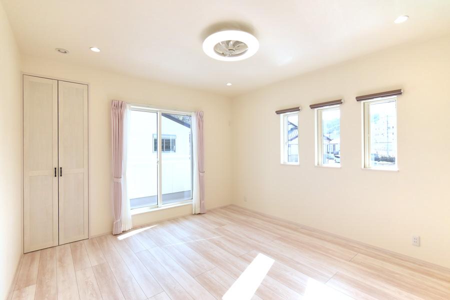 2021年3月15日社内検査_バルコニーと隣接する明るい洋室