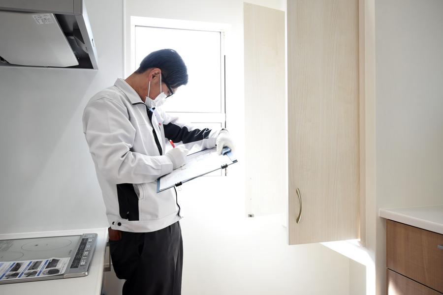 2021年3月18日社内検査2_キッチンの収納スペースをチェックしている様子