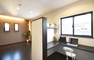 主寝室と腰壁で仕切られた書斎。空間を広く見せながらも集中できるこだわりの空間。