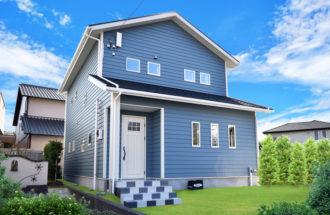 ブルーの外壁に白の窓枠が映える可愛いアメリカンスタイルの家。