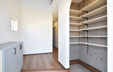 家族みんなの靴がたっぷり収納できる玄関CL。コンクリート調の内装が魅力的!