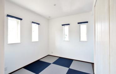リビングと繋がる和室は、白とネイビーで統一されたこだわりの空間!