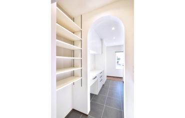アーチ型の垂れ壁が可愛いパントリー。食品等のストックに便利な収納スペースです。