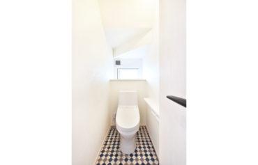 床のクッションフロアがお洒落なトイレ。階段下の空間を有効活用しました。