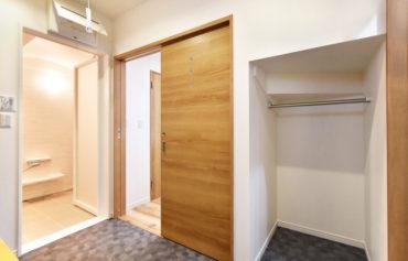 階段下を活用した脱衣室の収納空間。タオルや洋服を掛ける事ができる仕様に。