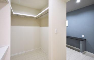 主寝室と隣接する大きなウォークインクローゼット。