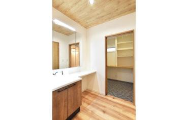 玄関の隣に洗面室を設置!帰宅後すぐに手洗い&うがいをすることができます。