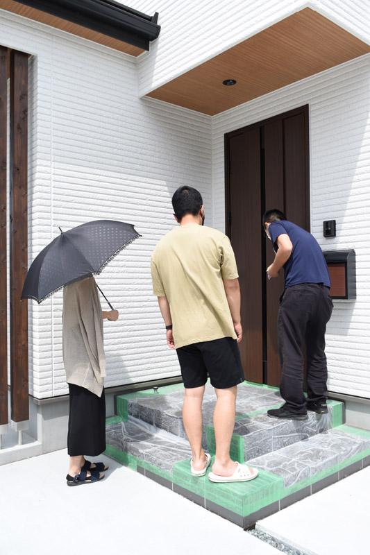 2021年5月29日伊豆の国市Y様邸のお引渡しにて、玄関ドアの説明をしている様子