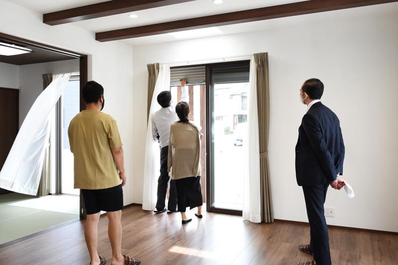 2021年5月29日伊豆の国市Y様邸のお引渡しにて、シャッターの説明をしている様子