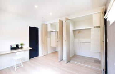 ご夫婦別々に整理できる大型収納がある主寝室。