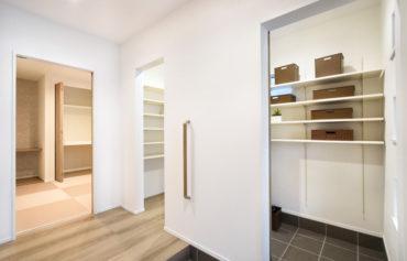 二世帯分の靴を片付けることができる玄関収納。