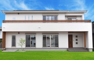 一直線にのびるバルコニーと化粧柱がアクセントな二世帯住宅。