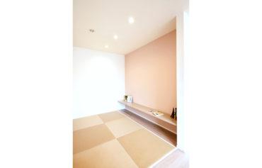 リビング横に設置した畳コーナー。カウンターはお子様の勉強スペースに活用できます。