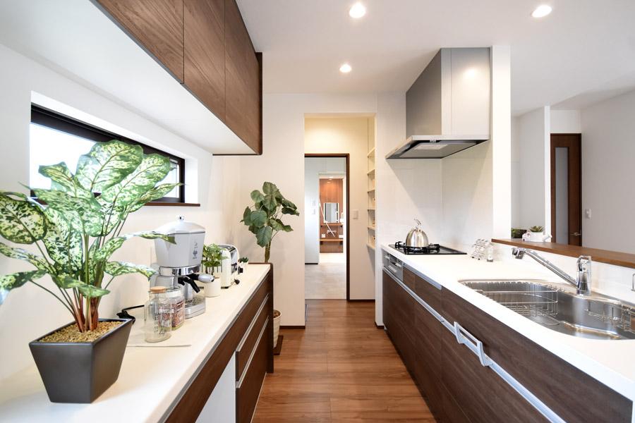 キッチン⇔食品庫⇔水廻りへと繋がる奥様に優しい家事ラク動線。