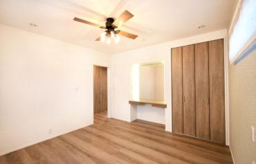 引き出し収納付きの造作デスク兼ドレッサーがある親世帯の主寝室。