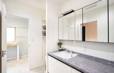 デザイン性と機能性を併せ持った、スタイリッシュな洗面台。鏡が大きく、家族みんなで使えます。