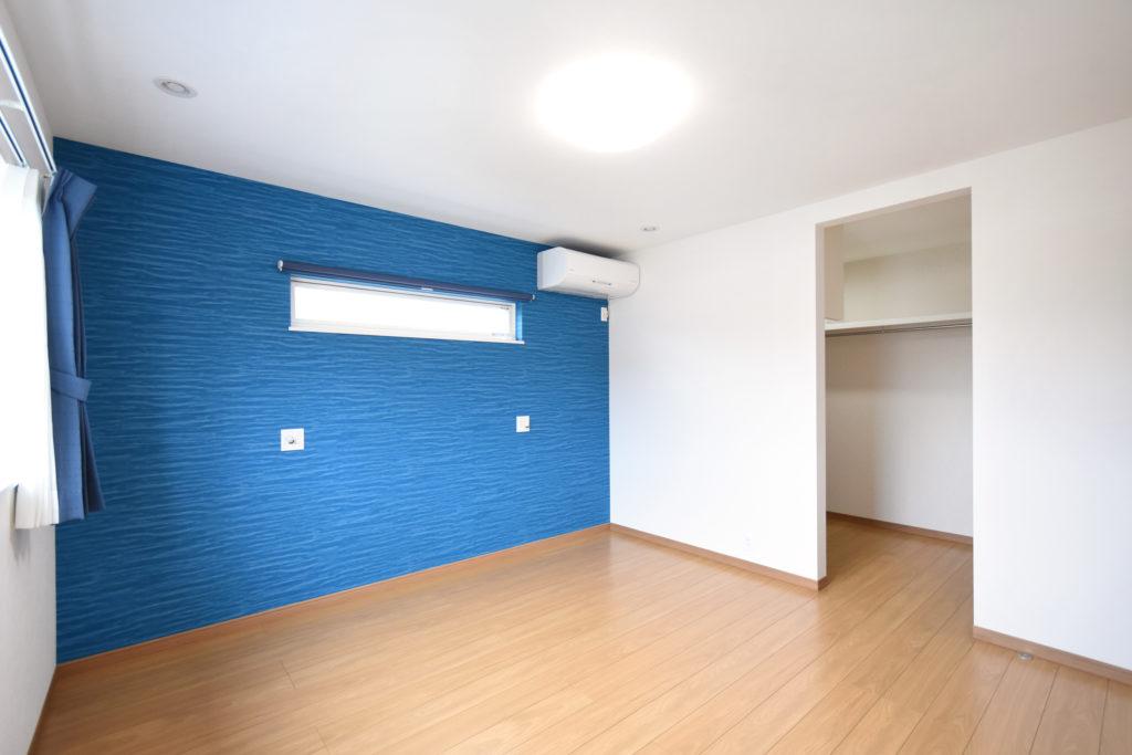 2021年6月28日社内検査_鮮やかなブルーのアクセントクロスが映える主寝室