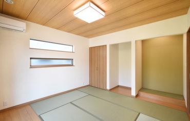 ゆったりくつろげる和室。床の間のクロスは、畳の色と合わせた落ち着いたグリーンに。