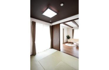 リビングとフラットに繋がる和室。家族がゆったりくつろげる空間です。