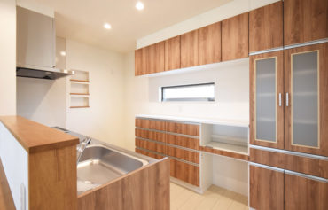 奥様お気に入りのキッチン。調味料などを収納できるニッチ棚もこだわりです。