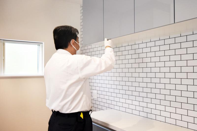 2021年6月28日社内検査_キッチン収納をチェックしている様子