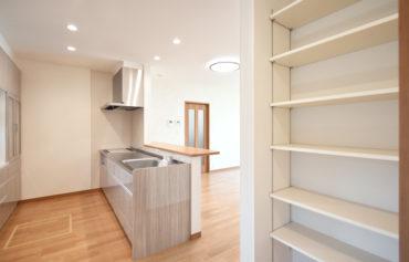 キッチンの隣に食品や日用品のストックに便利なパントリーを併設。