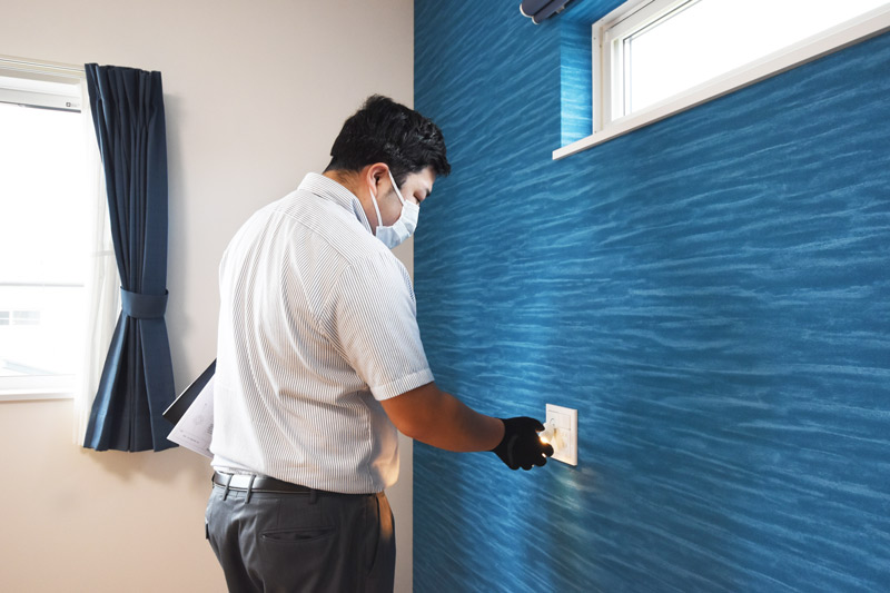 2021年6月28日社内検査_主寝室の壁に取り付けた照明を確認している様子