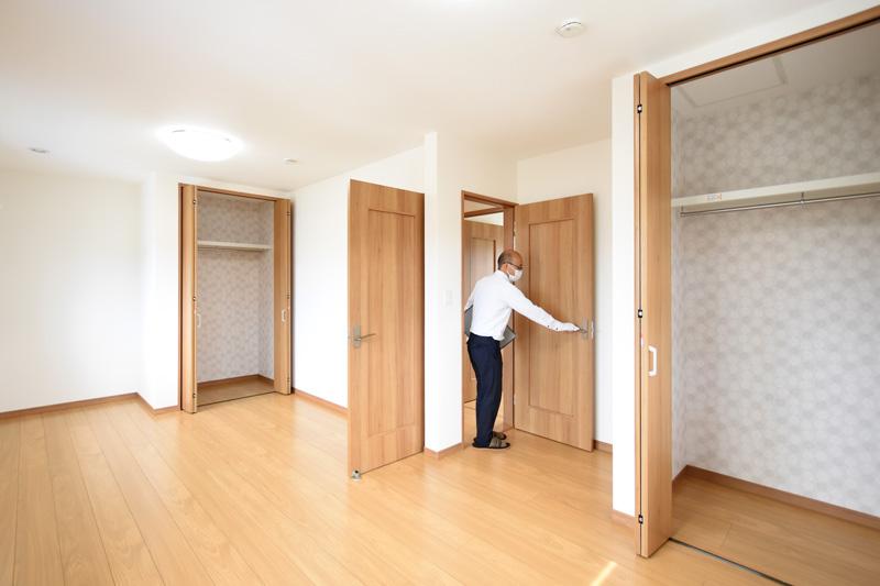2021年6月28日社内検査_洋室のドアの開閉動作を確認している様子