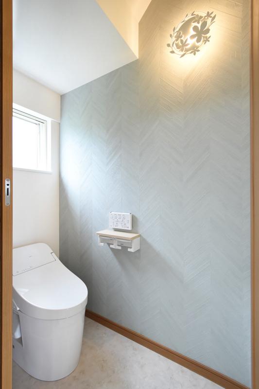 2021年6月28日社内検査_お花デザインの可愛い間接照明がついたトイレ
