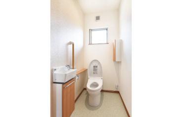 手すりがついた、ゆとりのある広さのトイレ。