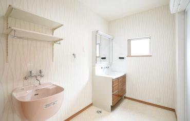 洗濯家事を快適にしてくれる洗濯流しがある洗面脱衣室。