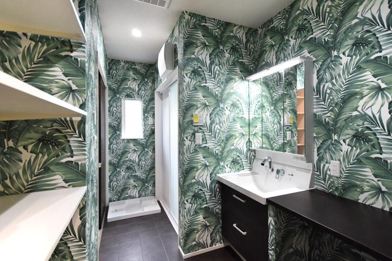 2021年6月29日社内検査_ヤシの葉のクロスがお洒落な洗面脱衣室