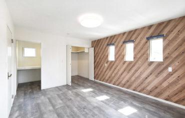 ウォークインクローゼットや納戸を完備した主寝室。木目調のアクセントクロスが目を引きます♪