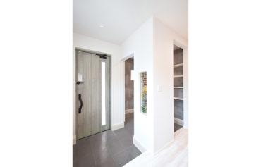 便利な玄関クローゼットが併設する玄関。壁に埋め込んだステンドグラスもこだわり!