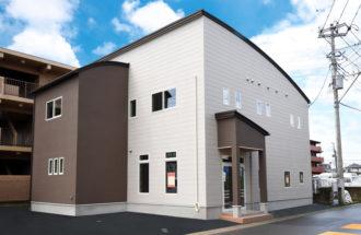 「むぎん子畑」様の新店舗はアーチ状の屋根がお洒落な外観です♪