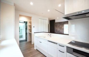 キッチンから食品庫、水廻りへ繋がるスムーズな家事動線。