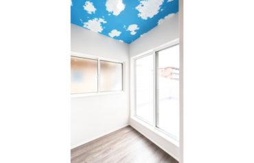 バルコニーと繋がるランドリールーム。天井の青空クロスが空間のアクセント♪