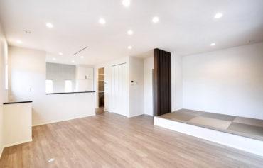 小上がりの畳コーナーを一角に配置した居心地の良いLDK。