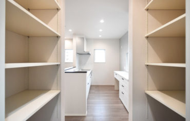 キッチン横の食品庫は食品や生活用品等のストックに便利♪