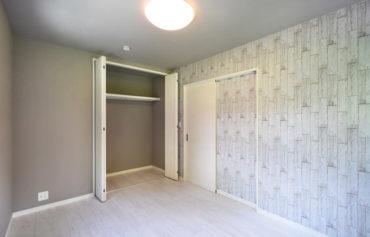 落ち着いた色合いで統一した快適な洋室。
