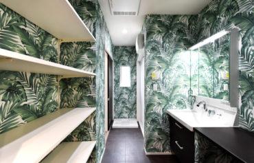 お洒落でインパクトのある洗面脱衣室。クッションフロアやカウンターは落ち着いた色合いを採用。