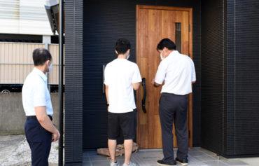 2021年8月10日お引渡し_玄関ドアの鍵の説明を聞いている様子